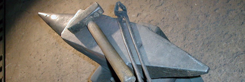 Amboss, Hammer und Kneifzange